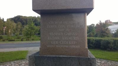 Dar neatrastas paminklas dešiniam Neries krante, visai prie Sporto rūmų.