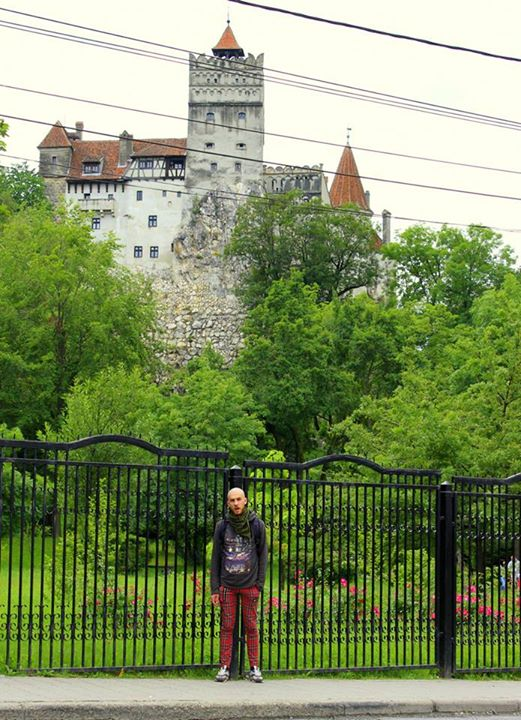 Šita pilis parduodama kaip Vlado Drakulos pilis. Tiesa, Vladas Drakula - dar žinomas kaip Vlad Țepeș arba Vladas Smeigikas (the Impaler), dėl savo pomėgio nukautus priešus pasmeigti ant mieto taip, kad nepažeidžiant kritinių organų ar nervų kūnas išsilaikydavo ant mieto dar parą ar kelias būnant visiškai sąmoningu - ten buvo užšokęs gal vieną kartą. Pilis vadinama Drakulos dėl to, kad geriausiai atitinka Bram Stoker Drakulos pilies aprašymą (pats Stoker'is Rumunijoje nebuvo). Į vidų įeiti kainavo pinigų, tad pagailėjome.