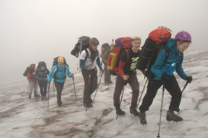 Justė veda visą grupę į ledyno viršų. Vitalikas liepė šypsotis prieš kamerą, bet mes užginčijome, kad lietuviai nesišypso, nes yra rimti ir liūdni.